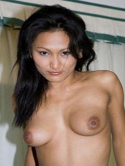 geile thaischlampe zeigt sich gegenueber geiler fick partner voellig nackt